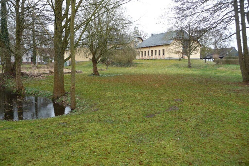 """""""Unsere"""" (erste) Fläche im Klostergarten mit Blick auf Hotel und Seminargebäude (Foto: Nikolaus Raben)"""